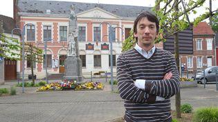 Arnaud Cléré devant son local de campagne à Gamaches (Somme) le 13 mai 2013. (ANGELIKA WARMUTH / EPA / MAXPPP)