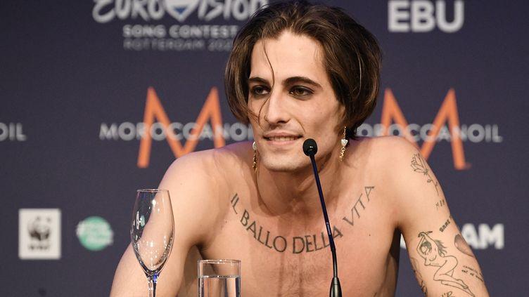 Le chanteur du groupe Maneskin, Damiano David, lors d'une conférence de presse à Rotterdam (Pays-Bas), le 23 mai 2021. (VLADIMIR ASTAPKOVICH / SPUTNIK / AFP)