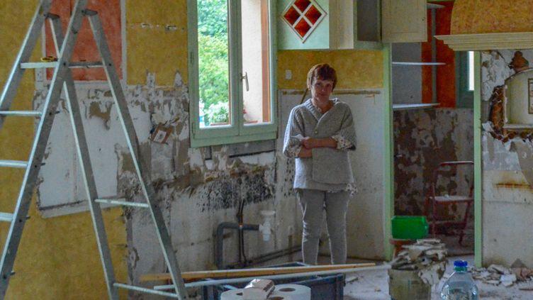 Chantal Hautain constate les dégâts causés par les inondations dans sa maison de Nemours (Seine-et-Marne), le 20 juin 2016. (MARIE-VIOLETTE BERNARD / FRANCETV INFO)