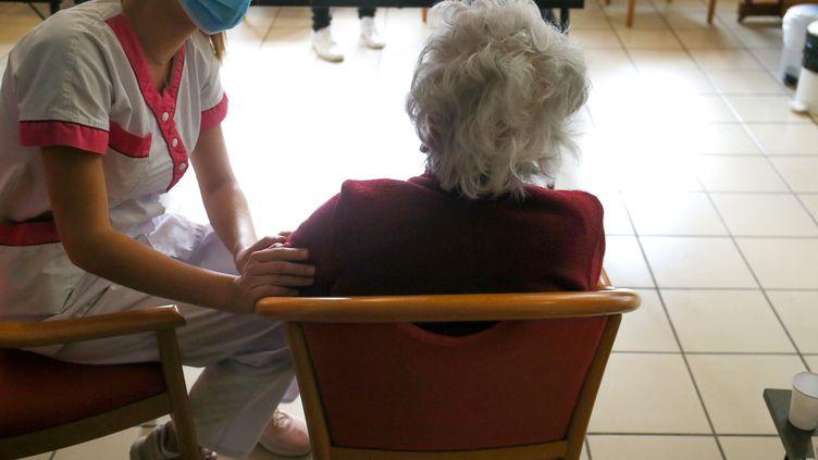 Une soignante s'occupe d'une personne âgée à Valence (Drôme), le 7 janvier 2021. (NICOLAS GUYONNET / HANS LUCAS / AFP)
