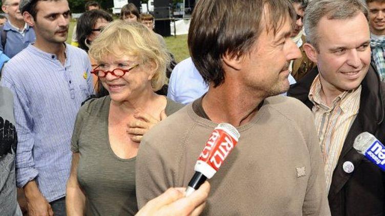 Nicolas Hulot et Eva Joly manifestent côte à côte contre le futur aéroport de Notre-Dame-des-Landes, près de Nantes, le 9 juillet 2011. (AFP - JEAN-SEBASTIEN EVRARD)