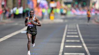 Le KényanEliud Kipchoge sur le marathon de Londres, le 24 avril 2016. (GLYN KIRK / AFP)