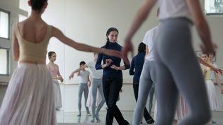 """Elisabeth Platel, directrice del'Ecole de danse de l'Opéra de Paris et ancienne danseuse étoile, en train de donner cours aux """"petits rats"""" de l'Opéra en 2009. (FRANCOIS GUILLOT / AFP)"""