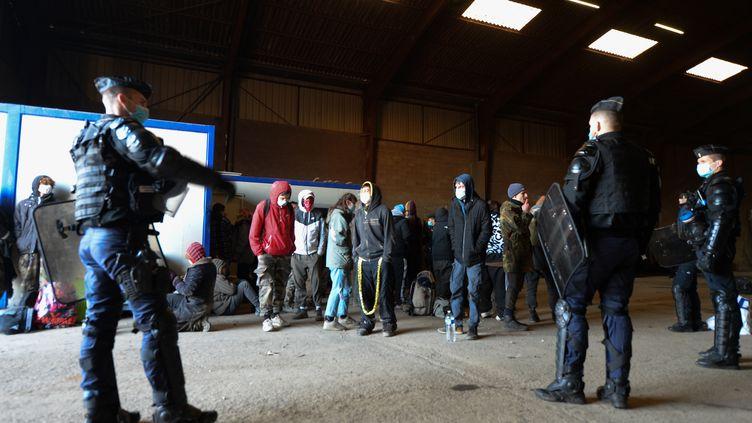 Des gendarmes évacuent les participants de la rave-party de Lieuron (Ille-et-Vilaine), samedi 2 janvier 2021. (JEAN-FRANCOIS MONIER / AFP)