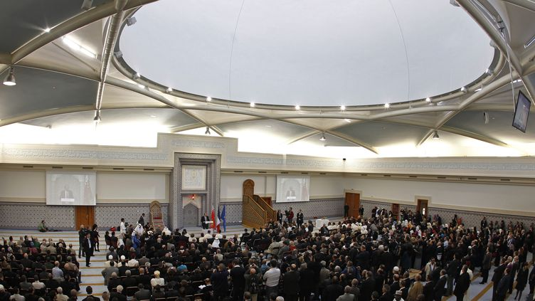 Des fidèles et des invités lors de l'inauguration de la grande mosquée de Strasbourg (Bas-Rhin), le 27 septembre 2012. (VINCENT KESSLER / REUTERS)