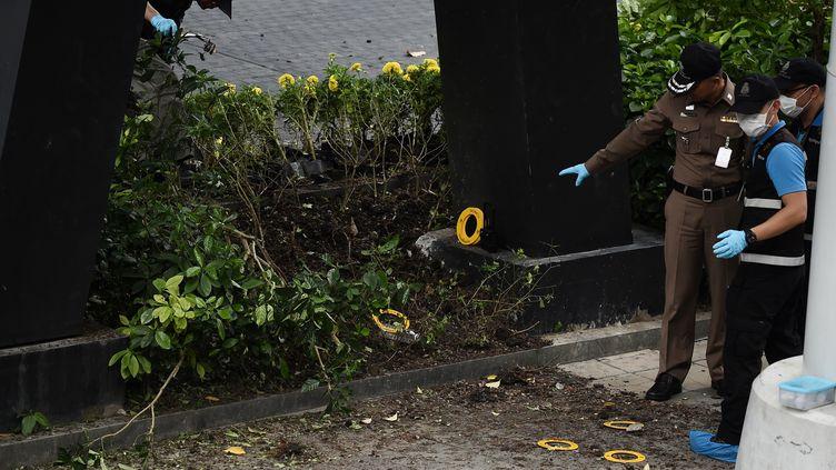 La police sur les lieux d'une explosion à Bangkok (Thaïlande), le 2 août 2019. (LILLIAN SUWANRUMPHA / AFP)