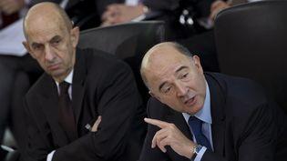 Louis Gallois (à gauche), commissaire général à l'investissement, et Pierre Moscovici, ministre de l'Economie et des Finances, le 20 octobre 2012 à Berlin (Allemagne). (JOHN MACDOUGALL / AFP)