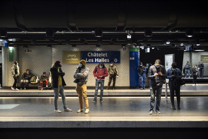 Des Parisiens attendent le métro, à la station Châtelet-Les Halles, le 5 mai 2020. (FRANCK RENOIR / HANS LUCAS / AFP)