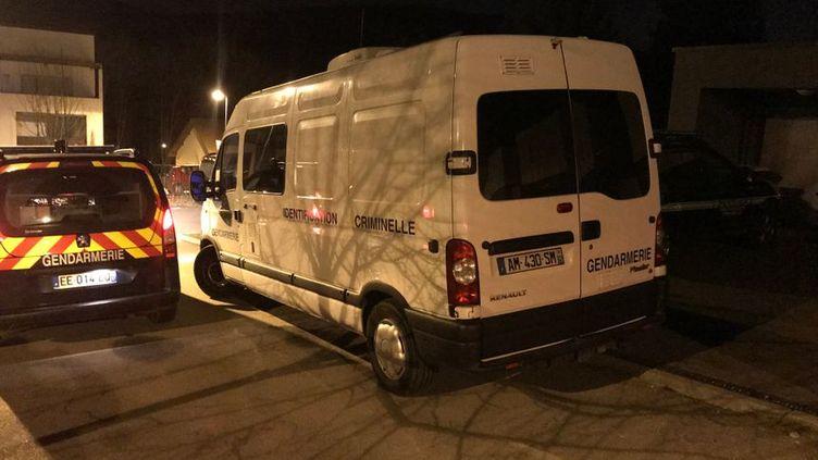 Les gendarmes et les spécialistes de l'identification criminelle à Ars-sur-Moselle, dans la nuit du 20 au 21 mars. (ANTOINE BARREGE / RADIO FRANCE)