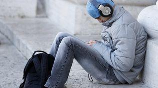 Un jeune en train d'écouter de la musique. Deux jeunes sur trois de 16 à 35 ans souffrent régulièrement d'un sentiment de solitude. (Photo d'illustration)  (FRED DE NOYELLE / GODONG)
