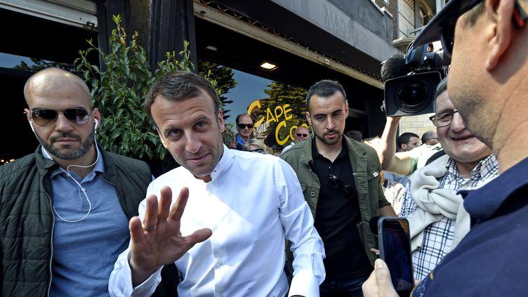Emmanuel Macron prend un bain de foule le 21 avril 2019 au Touquet (Pas-de-Calais), lors du week-end de Pâques. (FRANCOIS LO PRESTI / AFP)