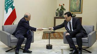 Le Premier ministre libanais Hassan Diab tend la démission de son gouvernement au président Michel Aoun à Beyrouth, le 10 août 2020. (AFP PHOTO / HO / DALATI AND NOHRA)