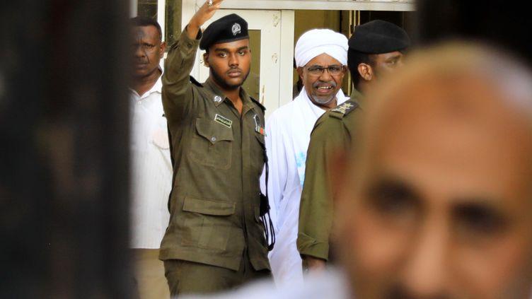 Le président déchu du Soudan, Omar el-Béchir (qui porte unturban),fait une première apparition publique depuis sa chute pour comparaître devant les procureurs à Khartoum, le 16 juin 2019. (MAHMOUD HJAJ / ANADOLU AGENCY)