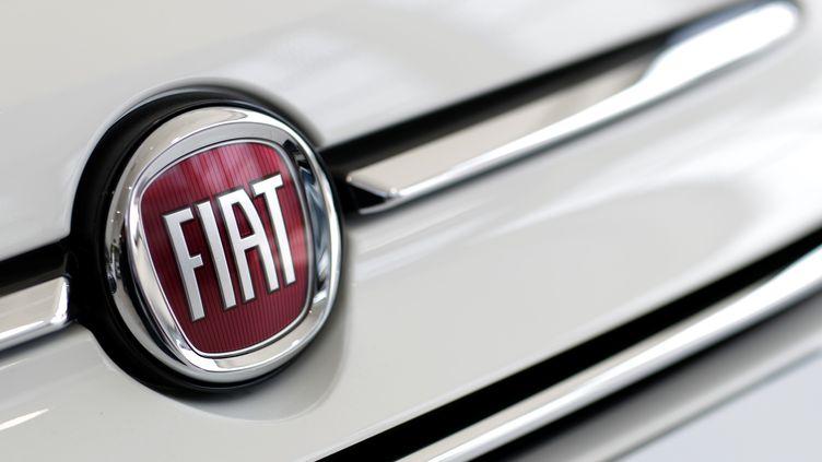 Le logo du constructeur automobile Fiat chez un concessionnaire à Orvault (Loire-Atlantique), le 3 juin 2019. (STEPHANE MAHE / REUTERS)
