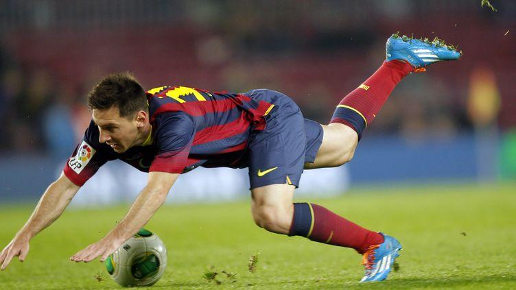 Lionel Messi chute lors du marchde Coupe du roiBarça-Getafe, le 8 janvier 2014. (ALBERT GEA / REUTERS)