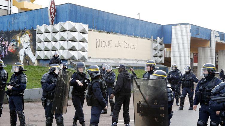 Des CRS devant le poste de police d'Aulnay-sous-Bois, pendant la manifestation de soutien à Théo, le 6 février. (FRANCOIS GUILLOT / AFP)