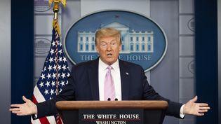 Donald Trump, le 10 avril 2020 lors d'un briefing sur le coronavirus à la Maison blanche à Washington. (JIM WATSON / AFP)