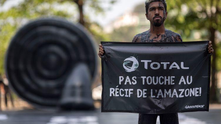 Un militant de Greenpeace le 28 septembre 2017 à Rio de Janeiro, au Brésil. (MAURO PIMENTEL / AFP)