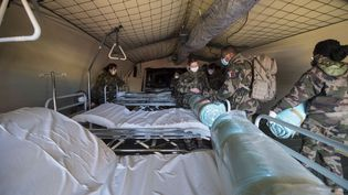 Des soldats français installent l'hôpital de campagne, à proximité de l'hôpital Emile Muller, à Mulhouse. (SEBASTIEN BOZON / AFP)