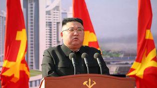 Le leader nord-coréen Kim Jong-Un lors d'une cérémonie d'inauguration de la construction d'une résidence de mille appartements à Pyongyang, le 23 mars 2021. (KCNA VIA KNS / AFP)