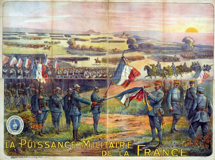 Une image datant de la Grande Guerre représente Philippe Pétain alors qu'il accroche une médaille à un drapeau français, en 1917. (ANN RONAN PICTURE LIBRARY / PHOTO12 / AFP)