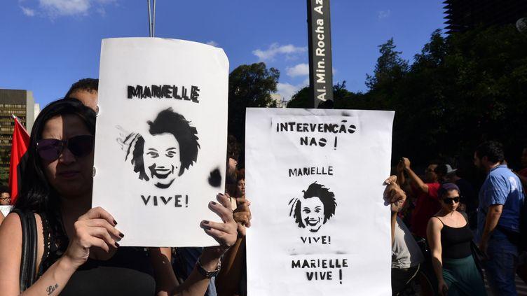 Des Brésiliens manifestent à Rio de Janeiro, quatre jours après l'assassinat de Marielle Franco, conseillère municipale de la mégapole, le 14 mars 2018. (CRIS FAGA / NURPHOTO)