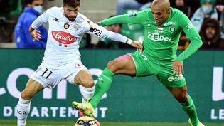 Jimmy Cabot et Wahbi Kazhri au duel lors de la rencontre entre Saint-Etienne et Angers, le 22 octobre 2021 à Geoffroy-Guichard. (PHILIPPE DESMAZES / AFP)