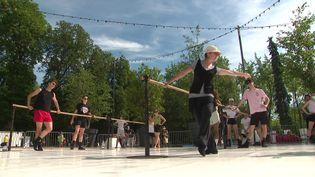 Entrainement quotidien dans parc de Nancy pour les danseuses et danseurs du Ballet de Lorraine. (CAPTURE D'ÉCRAN FRANCE 3)