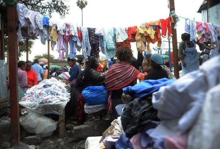 Vendeurs de fripes (appelés «mitumba») au marché de Gikomba, à Nairobi (Kenya), le 10 juillet 2014. C'est le plus grand marché de vêtements de seconde main en Afrique de l'Est. (SIMON MAINA / AFP)