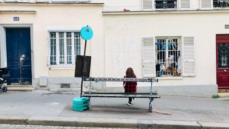Une femmeest assise seule sur un banc, dans le quartier de Montmartre, à Paris, pendant le confinement, le 27 avril 2020. (MATTHIEU MONDOLONI / RADIO FRANCE)