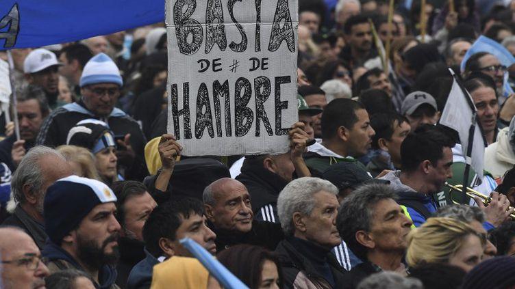 Des manifestants défilent le 9 juillet 2018, le jour du 20e anniversaire de l'Indépendance, dans les rue de Buenos Aires contre le président Mauricio Macri et le dernier accord signé avec le FMI. (EITAN ABRAMOVICH / AFP)