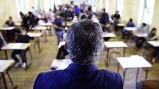 Un professeur lors d'une épreuve du baccalauréat à Paris, le 17 juin 2015. (MARTIN BUREAU / AFP)