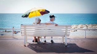 Des personnes se protègent du soleil à Nice, le 2 août 2020. (ARIE BOTBOL / HANS LUCAS / AFP)