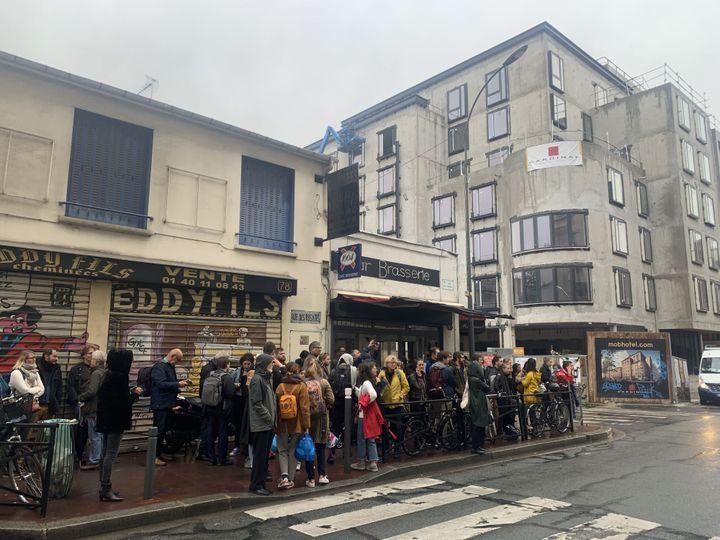 Rassemblement d'habitants du quartier aux abord de la résidence d'artistes Mains d'œuvres au moment de son évacuation par la police, le 8 octobre 2019 (MATTHIEU TUREL / MAXPPP)