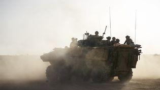 Des militaires français patrouillent dans le nord du Burkina Faso, à la frontière avec le Mali et le Niger, le 5 juin 2021. (MICHELE CATTANI / AFP)