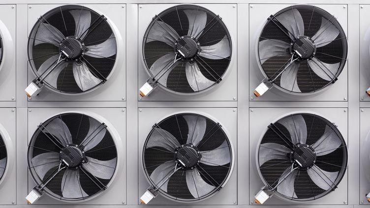 L'été, la consommation s'accroit de 500 mégawatts quand la température augmente d'un degré, selon RTE. (PETER DAZELEY / GETTY IMAGES)