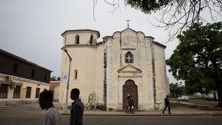 L'héritage de la colonisation portugaise est visible dans de nombreux bâtiments comme les églises. Tous les dimanches, les cloches résonnent et les fidèles prient et chantent à tue-tête. Les catholiques représentent 85 % de la population, les protestants, 12 % et les musulmans 2%. (RUTH MCDOWALL / AFP)