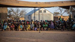 Des réfugiés au Burkina Faso devant des abris de l'ONU, le 2 février 2020. (OLYMPIA DE MAISMONT / AFP)
