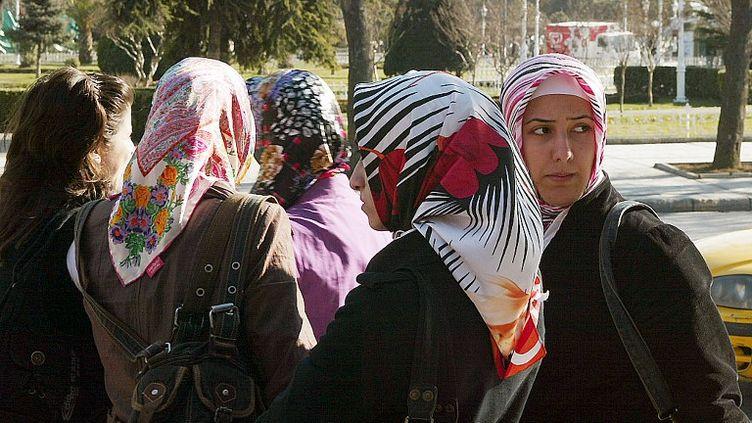 Des étudiantes voilées à l'université d'Istanbul (Turquie), le 25 février 2008. (HOCINE ZAOURAR / AFP)
