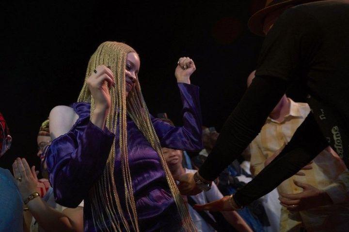 Une jeune femme malienne albinos danse lors du concert du chanteur malien Salif Keita, le 17 novembre 2018 à Fana, où une fillette albinos âgée de 5 ans a récemment été assassinée. (MICHELE CATTANI / AFP)