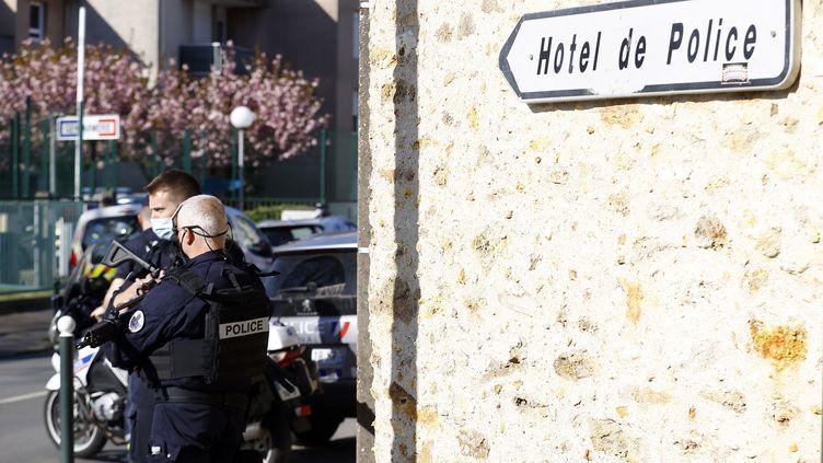 Des policiers à proximité du commissariat de Rambouillet, là où a eu lieu l'attaque vendredi. (IAN LANGSDON / EPA)