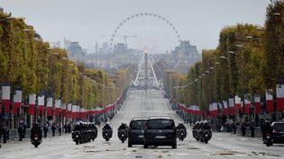 Le départ du président de la République française François Hollande, après les cérémonies marquant le 97ème anniversaire de la fin de la Première guerre mondiale, le 11 novembre 2015 sur les Champs-Elysées à Paris.  (ERIC FEFERBERG / POOL)