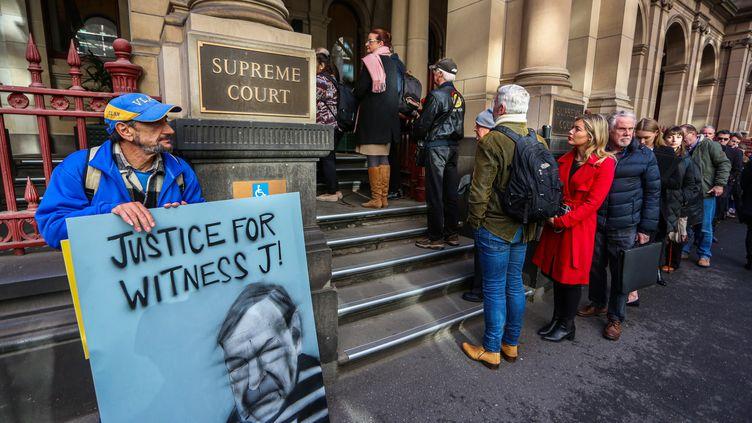 Une foule attend pour rentrer dans la Cour suprême australienne pour le procès du cardinal George Pell, à Melbourne, le 21 août 2019. (ASANKA BRENDON RATNAYAKE / AFP)