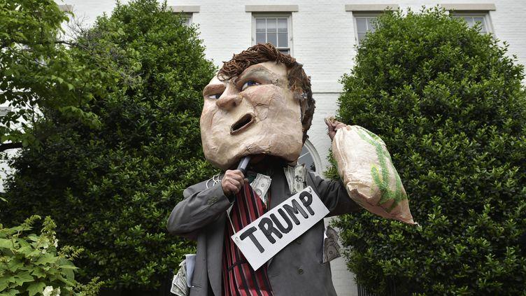 Un manifestant anti-Donald Trump devant les locaux du parti républicain, à Washington D.C. (Etats-Unis), le 12 mai 2016. (MANDEL NGAN / AFP)