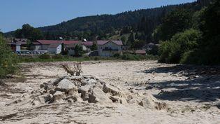 La rivière asséchée du Doubs, àMaisons-du-Bois-Lievremont, le 31 juillet 2020. (SEBASTIEN BOZON / AFP)