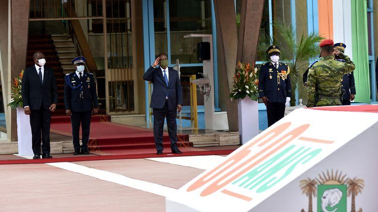Le président ivoirienAlassane Ouattara (au centre), accompagné par le Premier ministre Hamed Bakayoko, lors d'une cérémonie marquant le 60e anniversaire de l'indépendance de la Côte d'Ivoire le 7 août 2020 au palais présidentiel, à Abidjan, la capitale ivoirienne. (SIA KAMBOU / AFP)