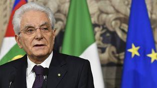 Le président italien, Sergio Mattarella, s'adresse aux journalistes après sa rencontre avec Giuseppe Conte, le 27 mai 2018 à Rome. (VINCENZO PINTO / AFP)