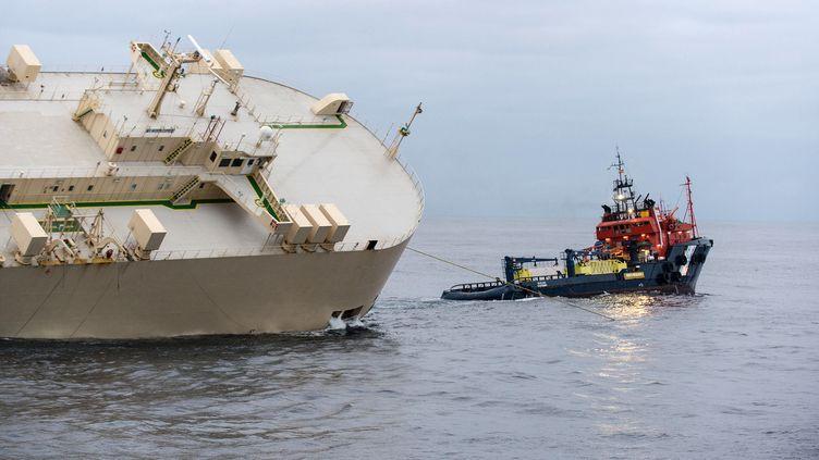 """Le """"Modern Express"""" remorqué par le navire espagnol """"Centaurus"""", le 2 février 2016. (LOIC BERNARDIN / MARINE NATIONALE / AFP)"""