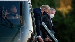 Donald Trump arrive par hélicoptère à l'hôpital Walter Reed, à Bethesda, dans le Maryland, le 2 octobre 2020. (BRENDAN SMIALOWSKI / AFP)