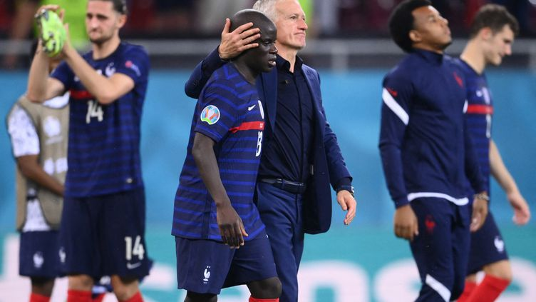 Didier Deschamps consoleles Bleus après leur défaite lors des huitièmes de finale de l'Euro 2021 entre la France et la Suisse à la National Arena de Bucarest, le 28 juin 2021. (FRANCK FIFE / AFP)